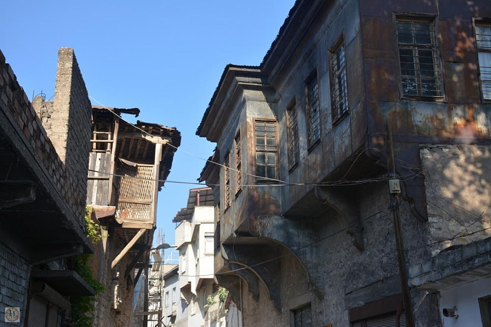 kahramanmaras-narrow-street-old-wooden-houses-2588